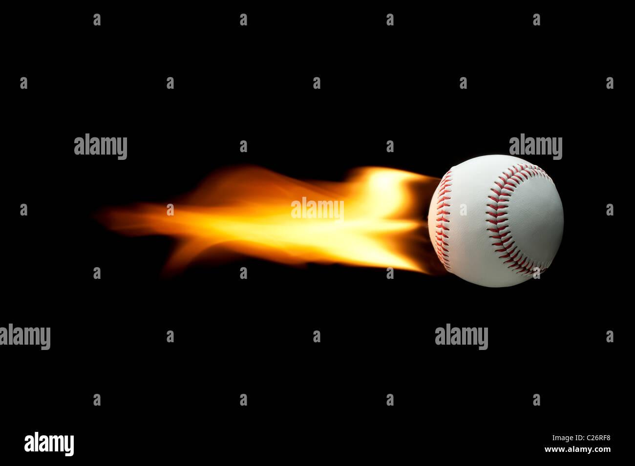 Flaming Baseball auf einem schwarzen Hintergrund fliegen. Homerun Stockfoto