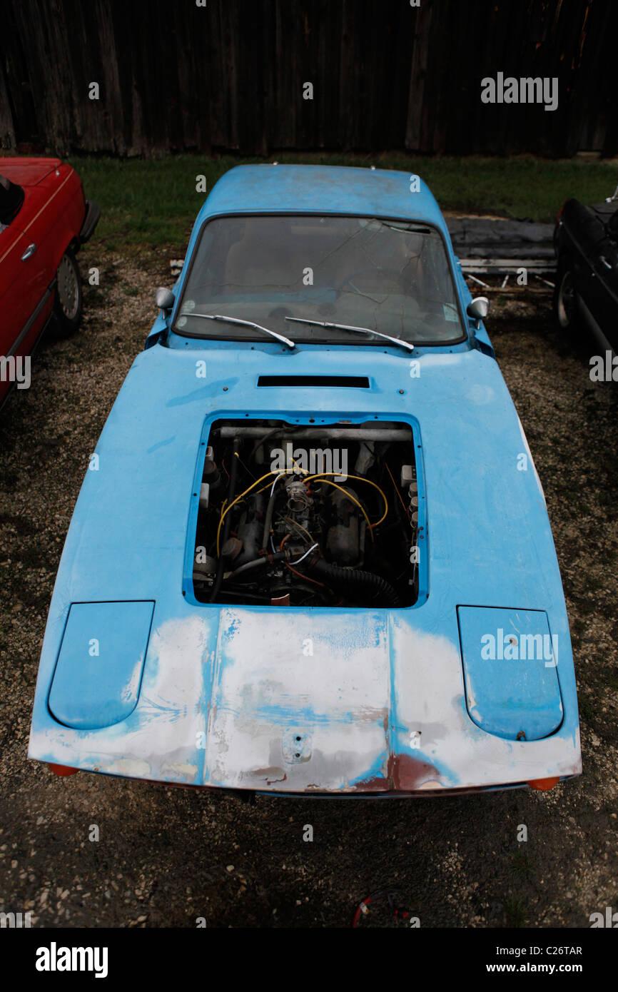 SAAB Sportwagen sitzt vor der Auktion neben einer Scheune in ländlichen Indiana. Sport Auto Stockbild
