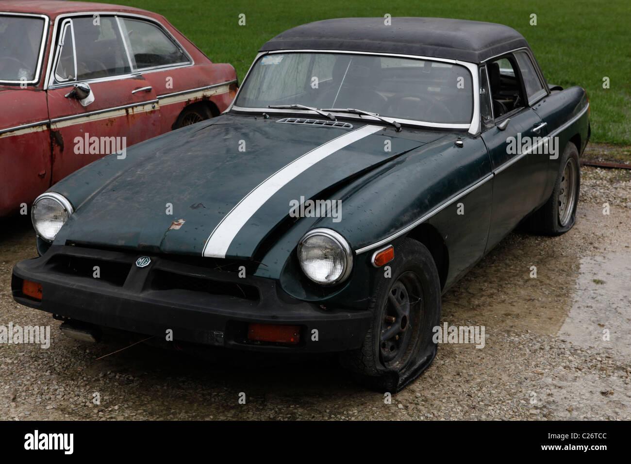 MG britischen Sportwagen sitzt vor der Auktion neben einer Scheune in ländlichen Indiana. Sport Auto MGB Stockbild