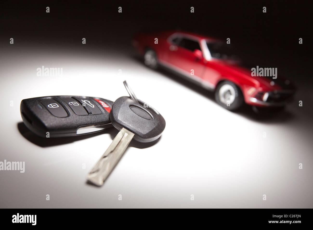 Licht Alarm Auto : Autoschlüssel und sportwagen unter spot licht stockfoto bild