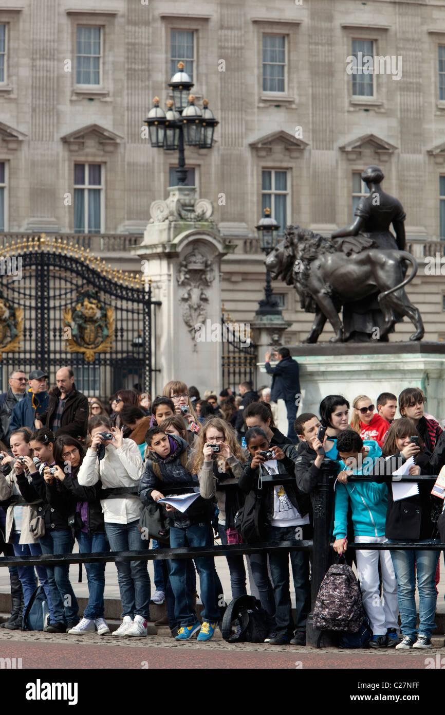 Schülerinnen und Schüler beobachten die Wachablösung vor dem Buckingham Palace Stockbild