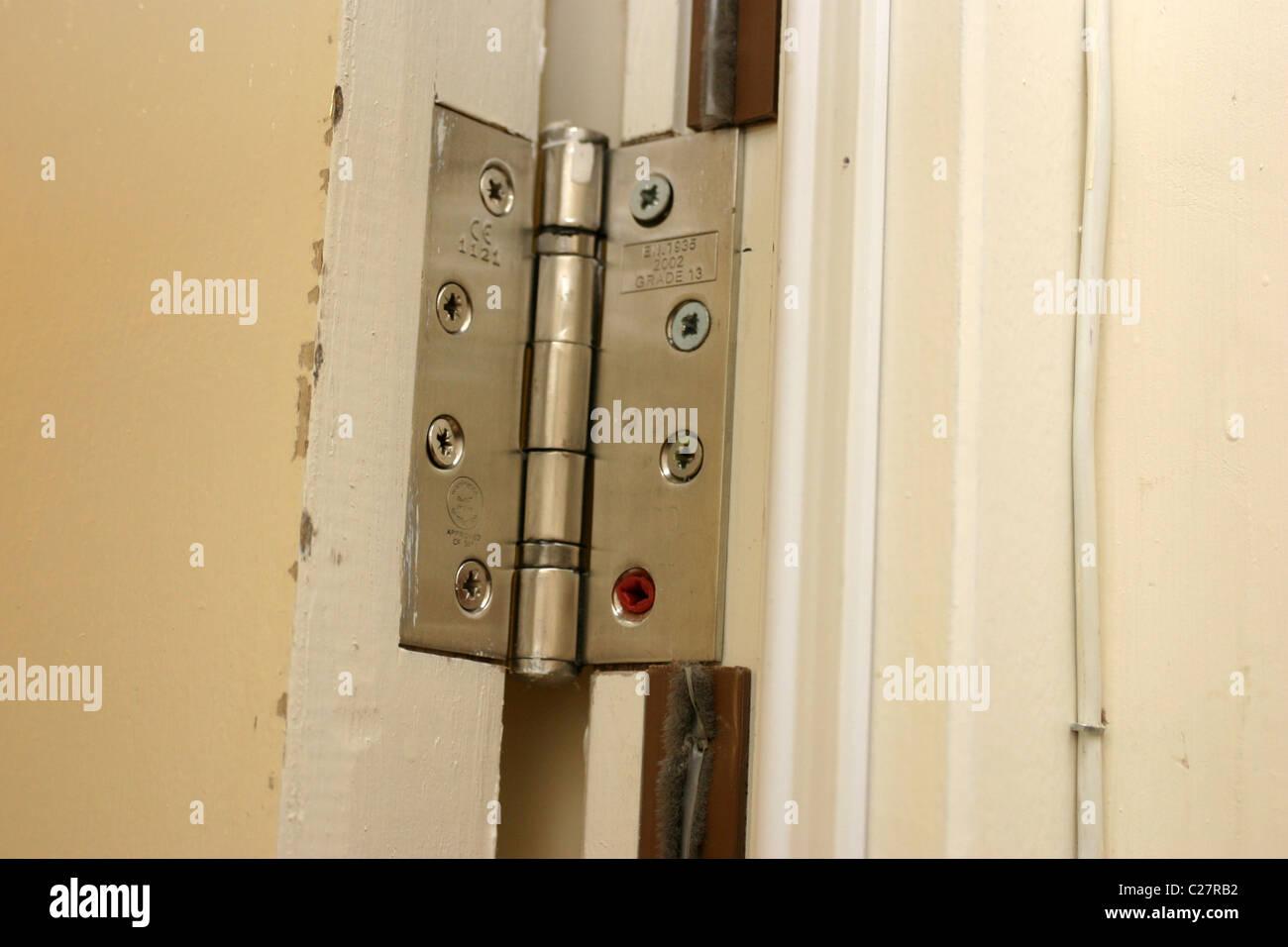 Montage ein Scharnier auf einer Türzarge Stockfoto, Bild: 35822054 ...