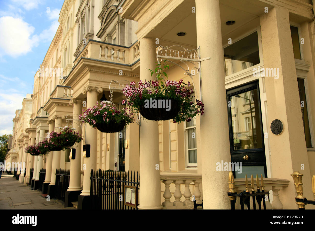building with hanging baskets stockfotos building with hanging baskets bilder seite 11 alamy. Black Bedroom Furniture Sets. Home Design Ideas