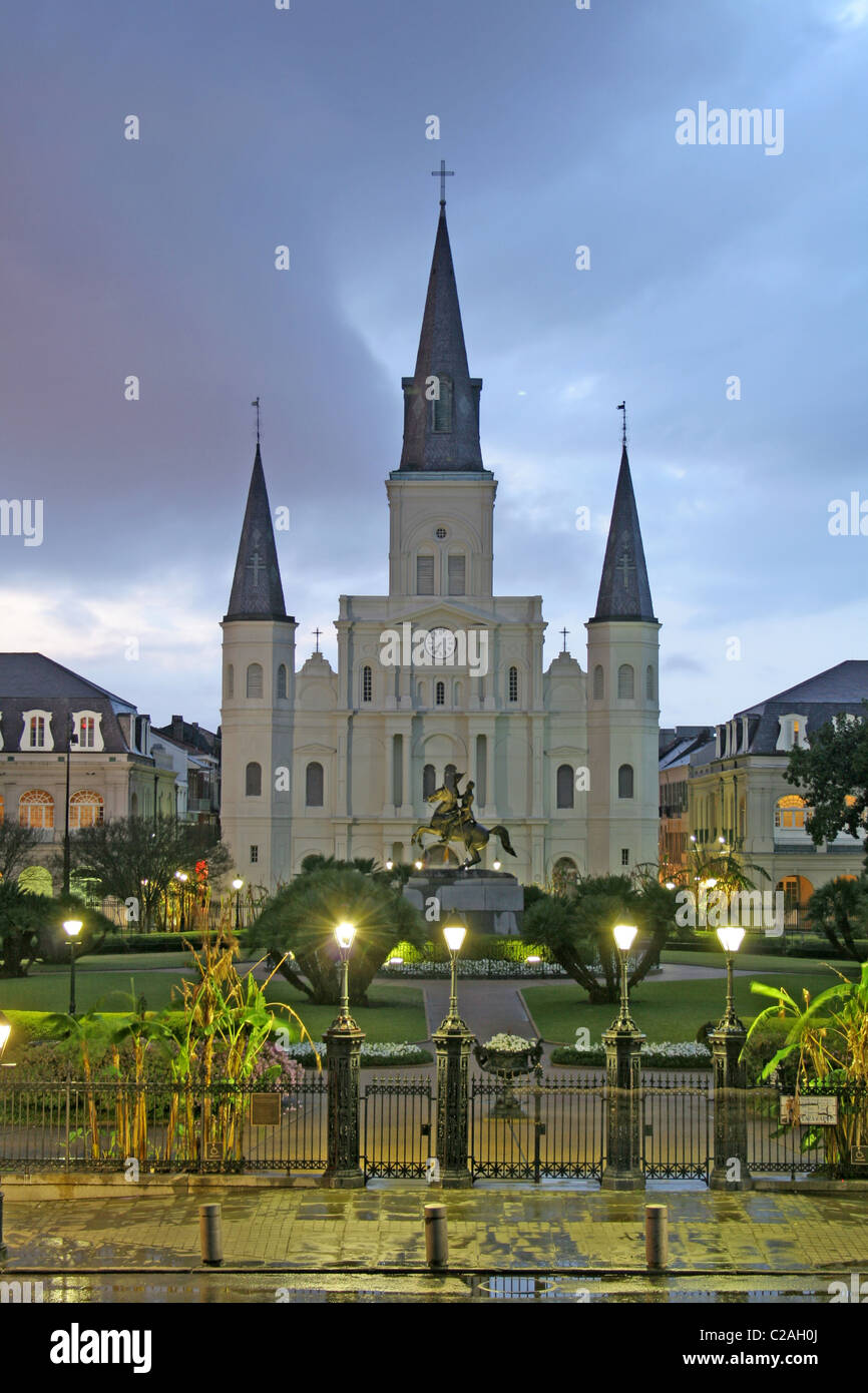 Regnerischen Abend Beleuchtung St. Louis Cathedral am Jackson Square French Quarter New Orleans Louisiana Stockfoto