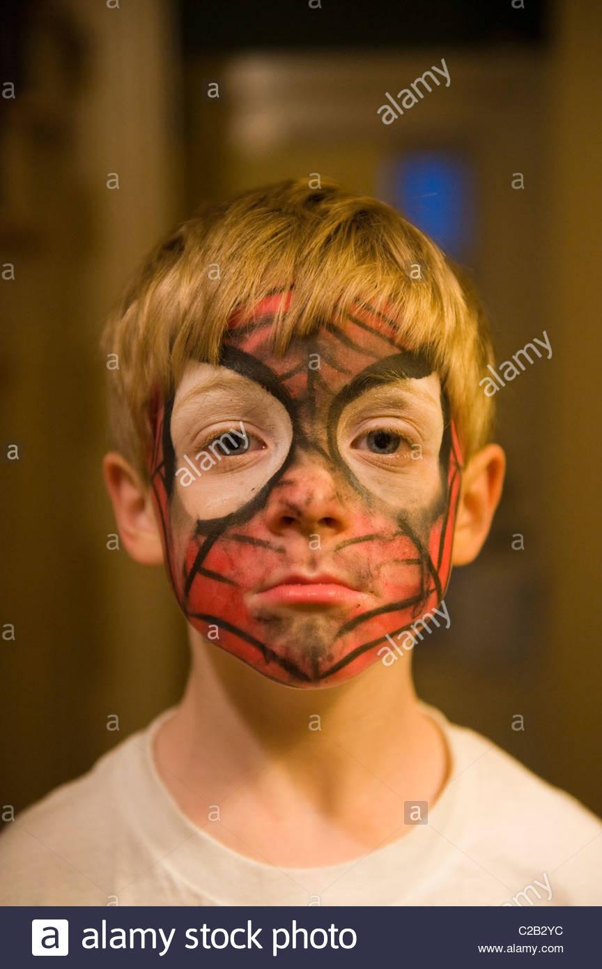 Ein Kleiner Junge Zeigt Seine Spinne Mann Gesicht Malen In