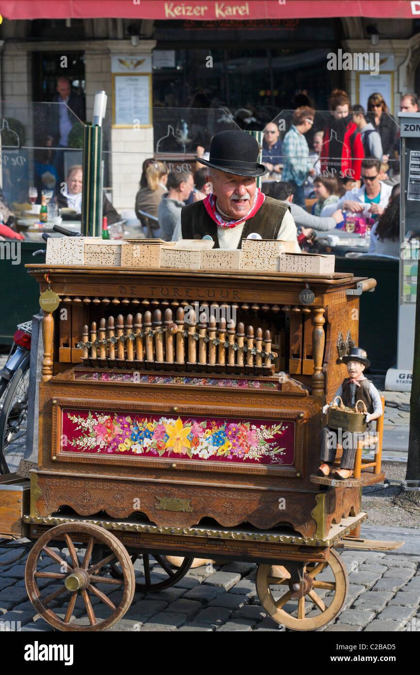 Alten Drehorgel-Spieler in der Grote Markt (Hauptplatz), Antwerpen, Belgien Stockbild