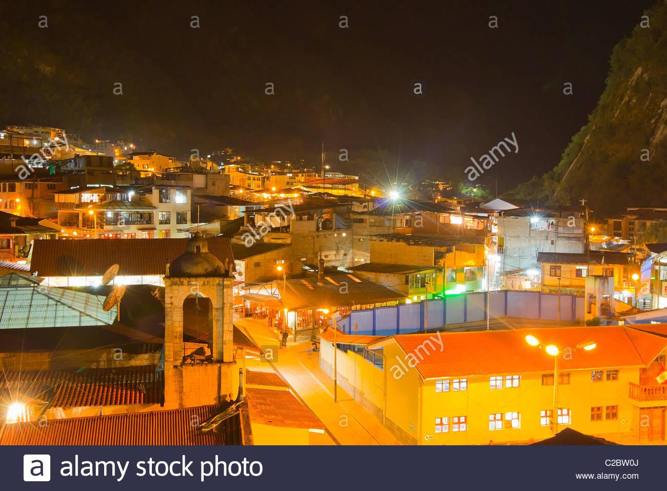 Nachtansicht von Aguas Calientes, einer Kleinstadt in der Nähe von Machu Picchu. Stockbild