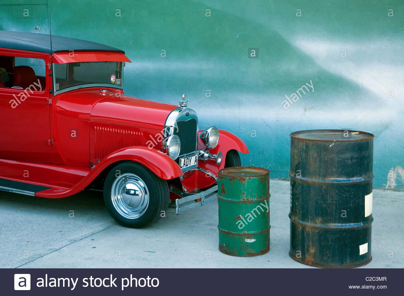 Ein Oldtimer an einer Tankstelle. Stockbild