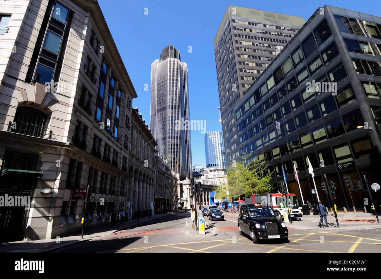Straßenszene blickte Bishopsgate in Richtung Tower 42, London, England, UK Stockbild