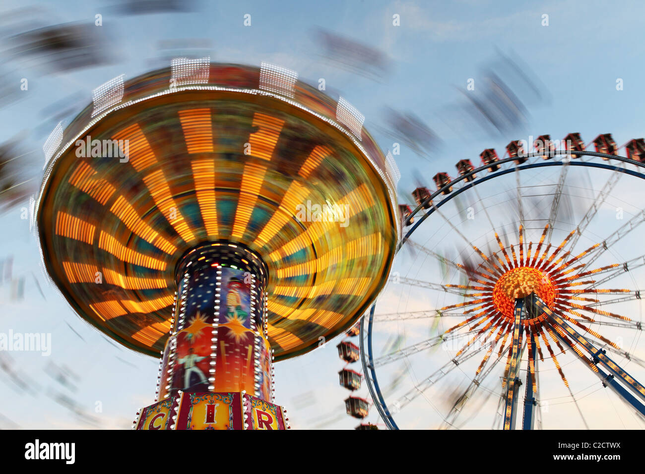 Einem drehenden Karussell und Riesenrad, Bestandteil der Kirmes Oktoberfest jedes Jahr im Herbst auf den Theresienwiesen Stockbild