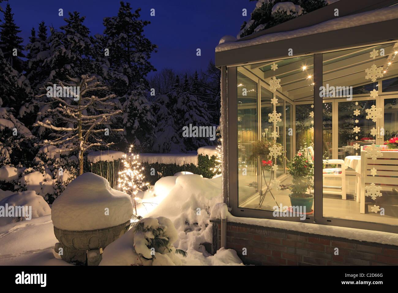 Wohnhaus mit wintergarten einfamilienhaus reihenhaus gartenseite blumengarten au en treppe - Wintergarten reihenhaus ...