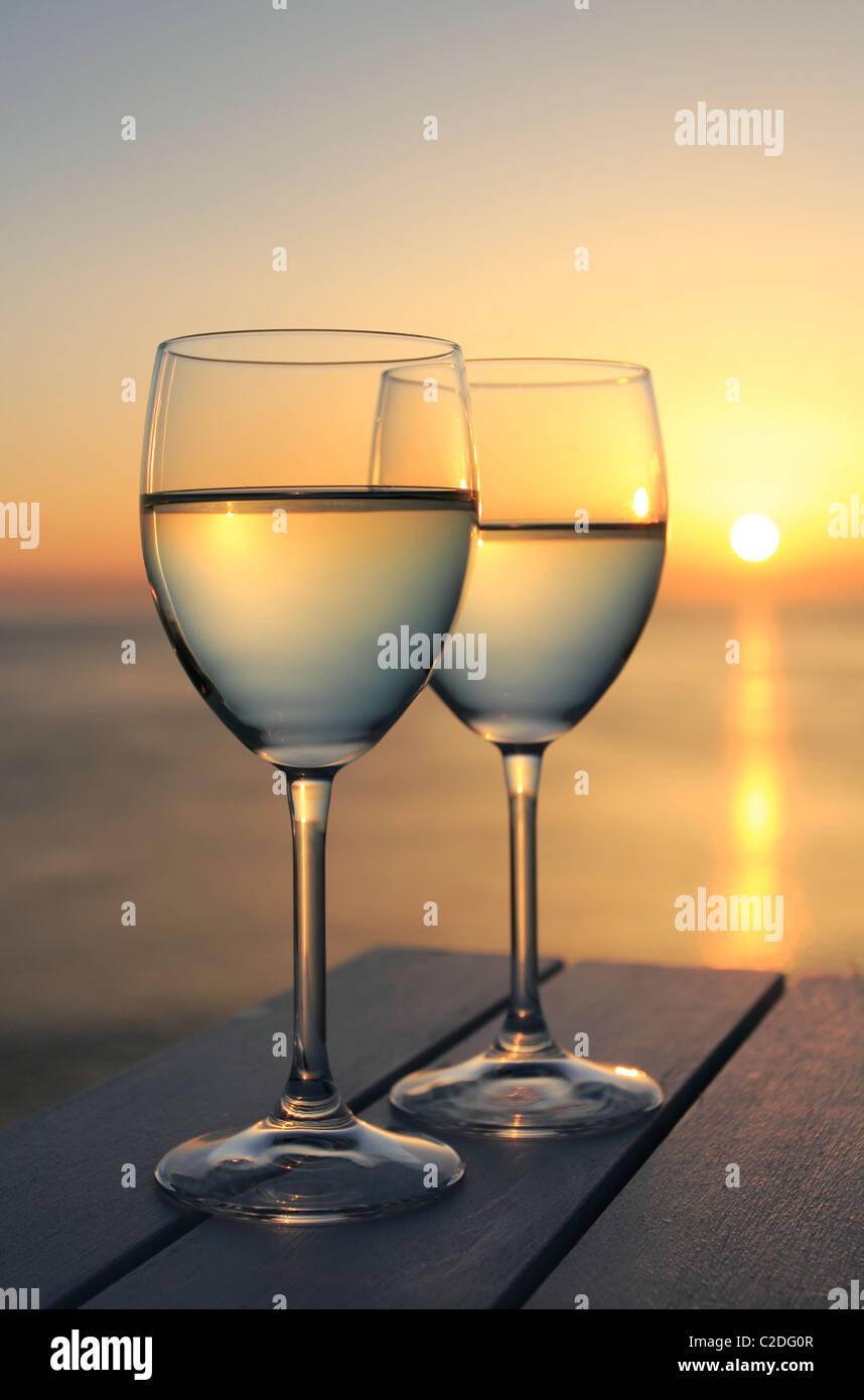Zwei Gläser Wein am Meer Stockbild