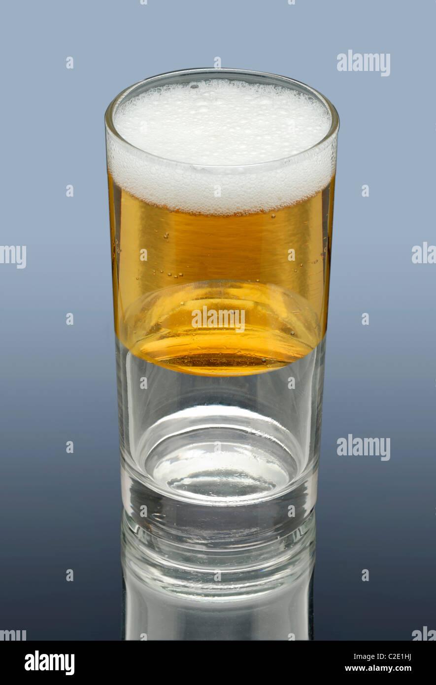 Glas halb voll oder halb leer Konzept für Optimismus oder Pessimismus. Stockbild