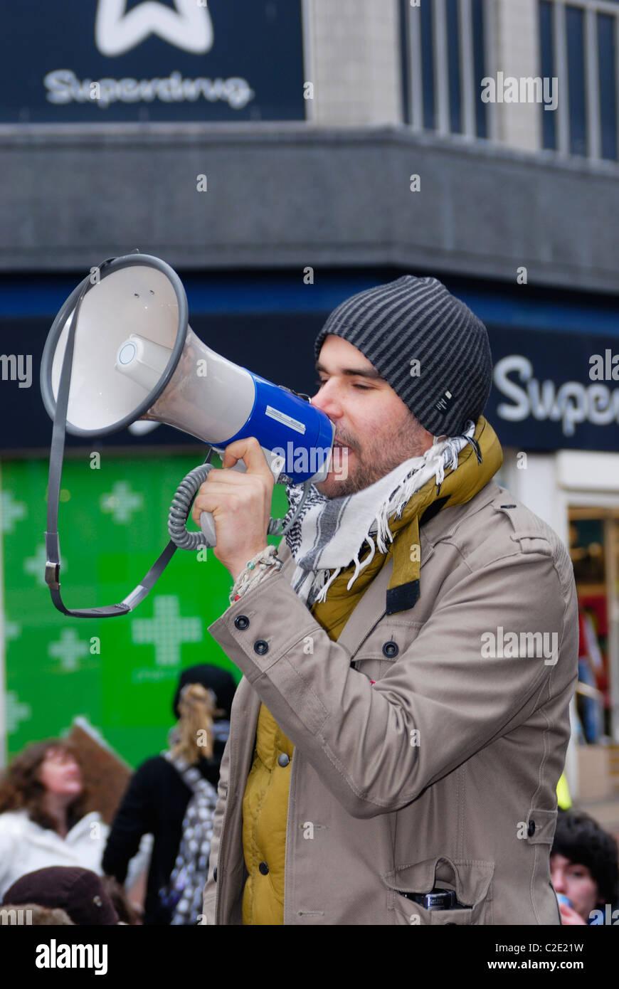 Demonstrant (Charlie Veitch) mit einem Megaphon. Stockbild