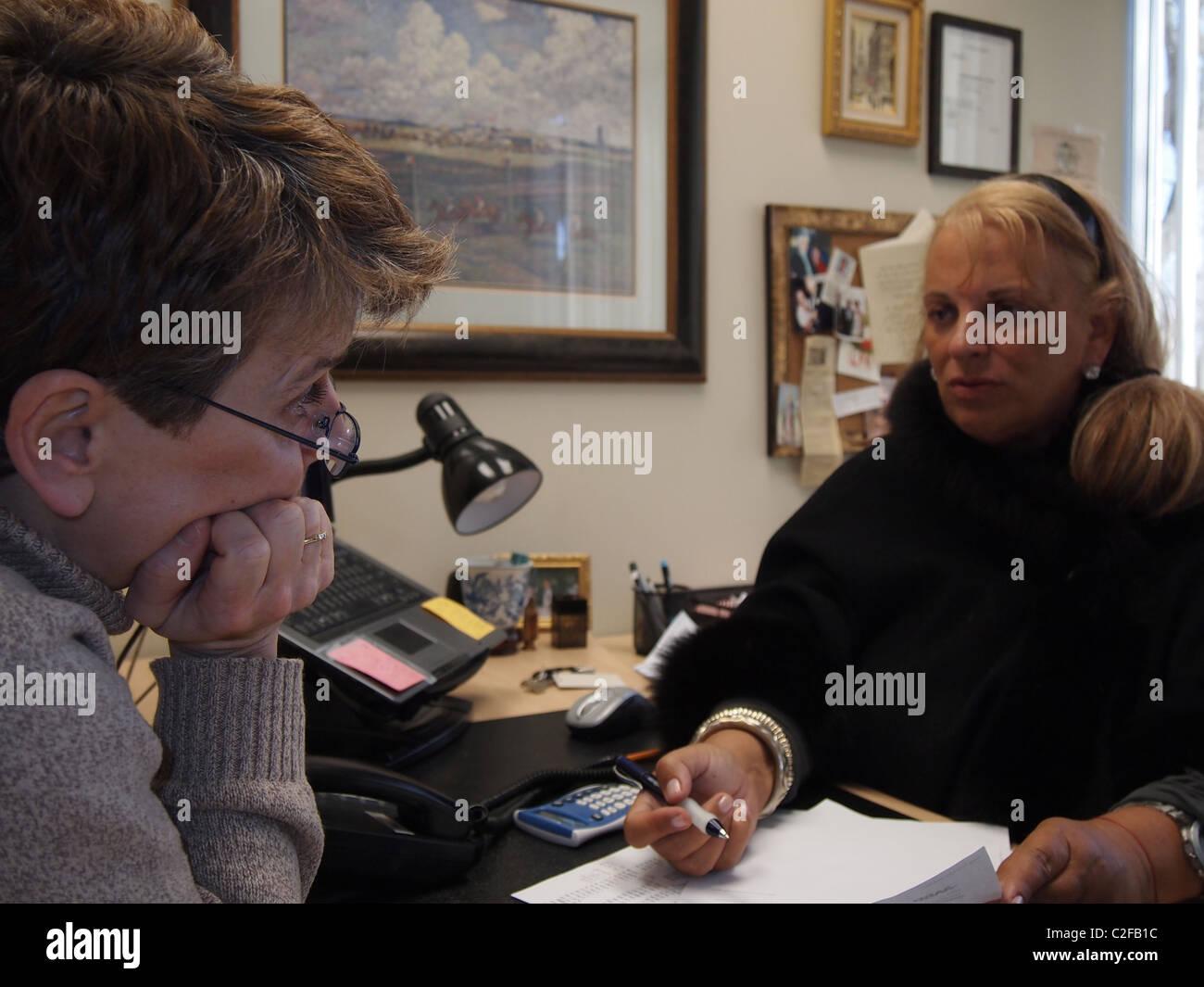 Frauen engagiert in Finanz- und Steuerplanung für Altersvorsorge, New York, USA, 26. März 2011, © Katharine Andriotis Stockfoto