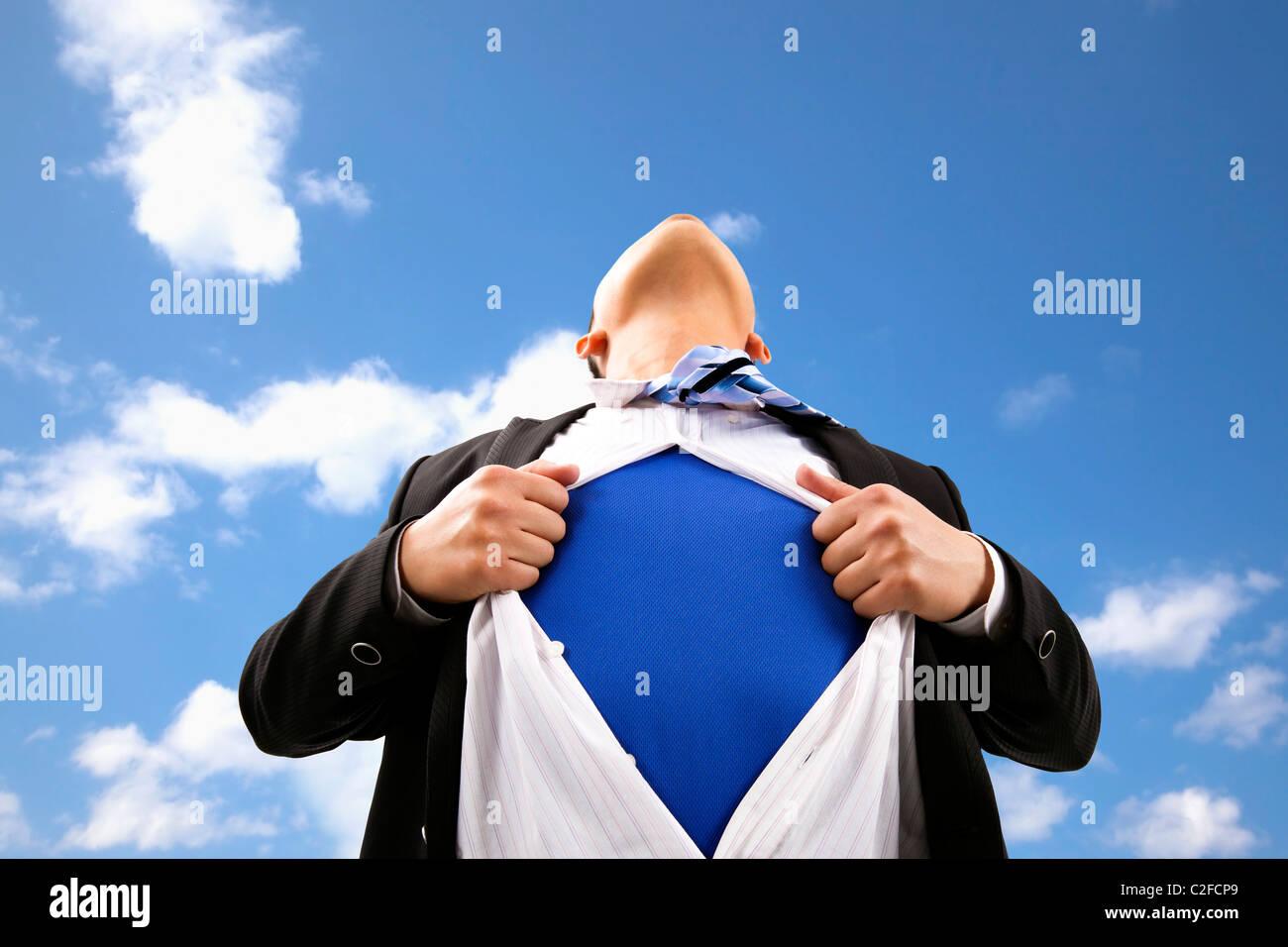 Geschäftsmann, zieht sein T-shirt öffnen Stockbild