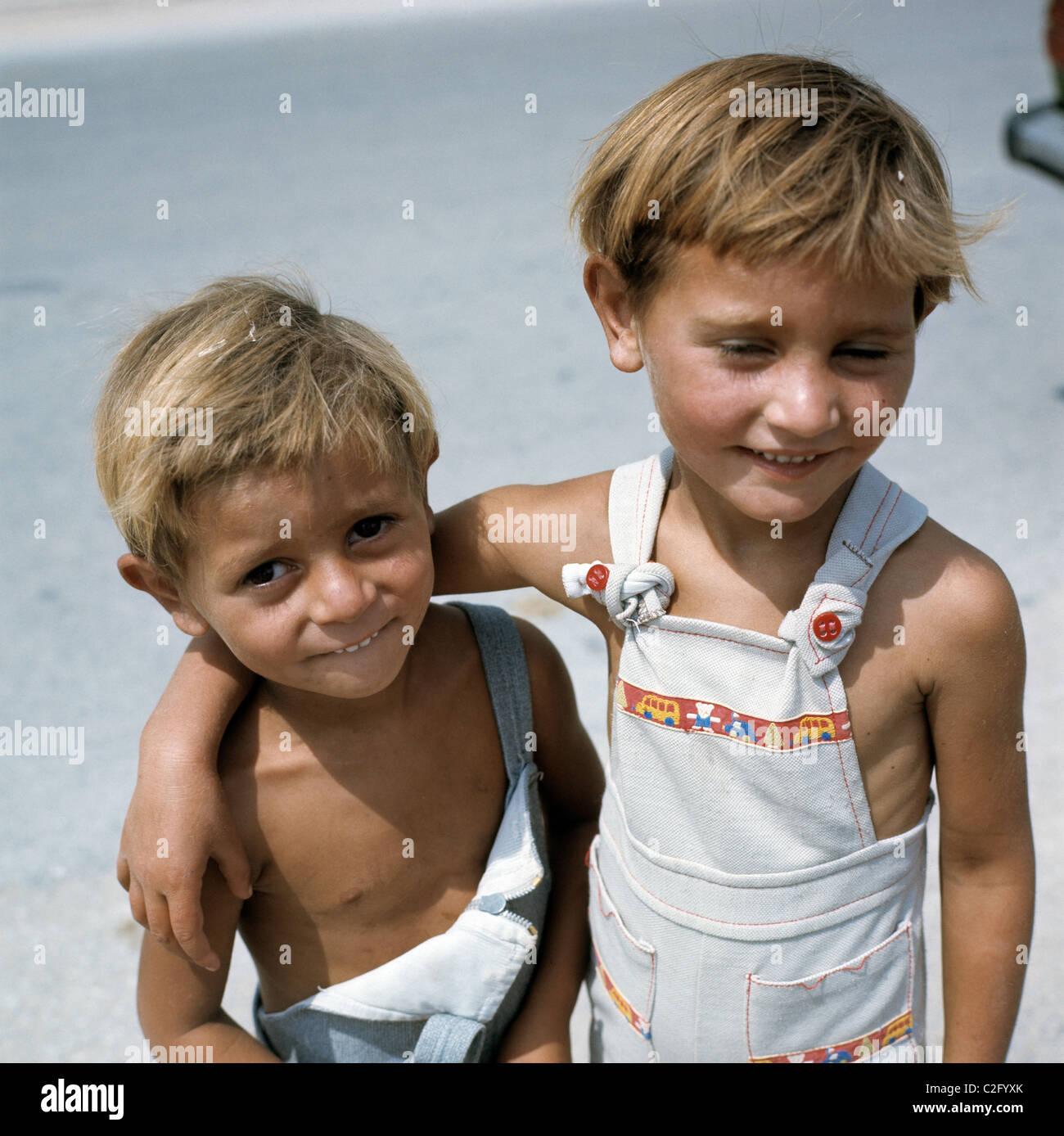 70er Jahre, Menschen, Kinder, zwei jungen umarmen, Brüder..