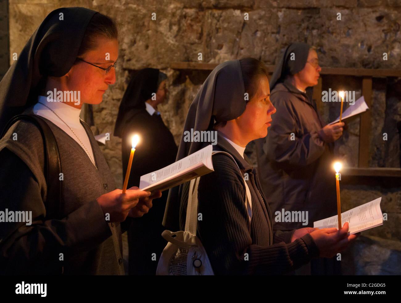 Nonnen vor einer Kapelle zu beten. Tägliche Franziskaner Prozession. Grabeskirche. Jerusalem Stockbild