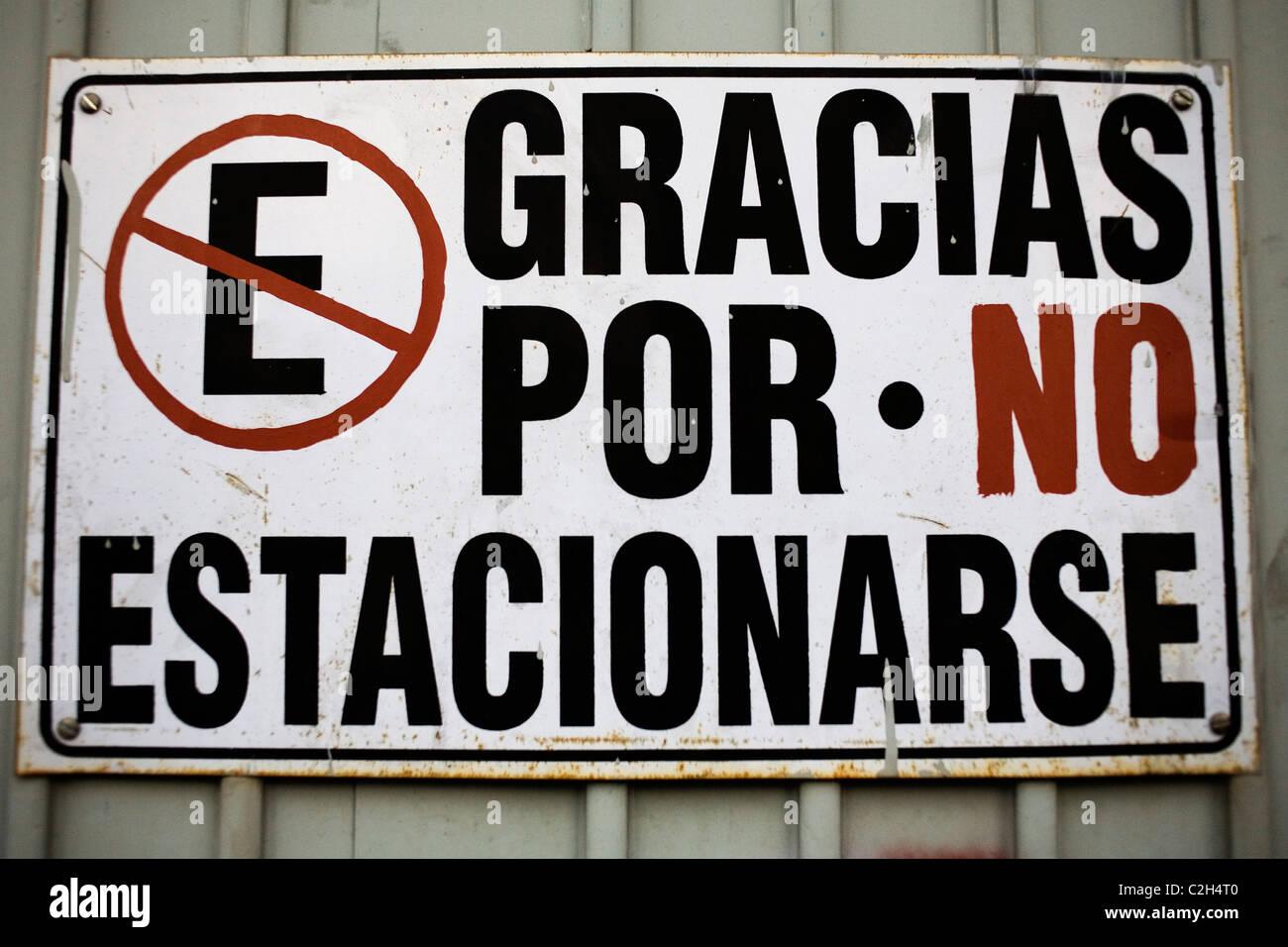Keine Parkplätze-Spur in der spanischen Sprache. Stockbild