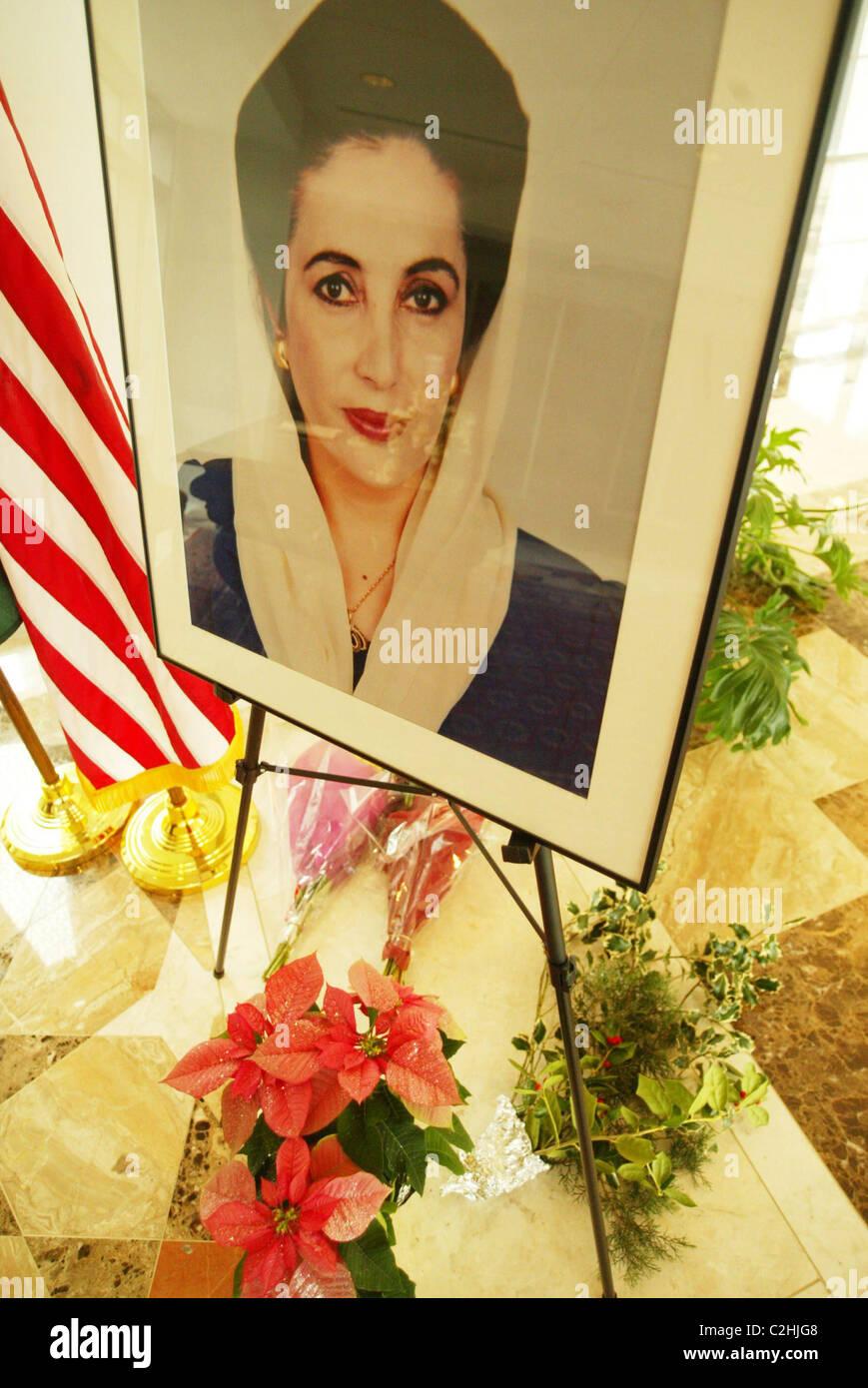 Tribut-Signierstunde, Benazir Bhutto, Premierminister von Pakistan, der am 27. Dezember 2007, nach der Abfahrt ermordet Stockfoto