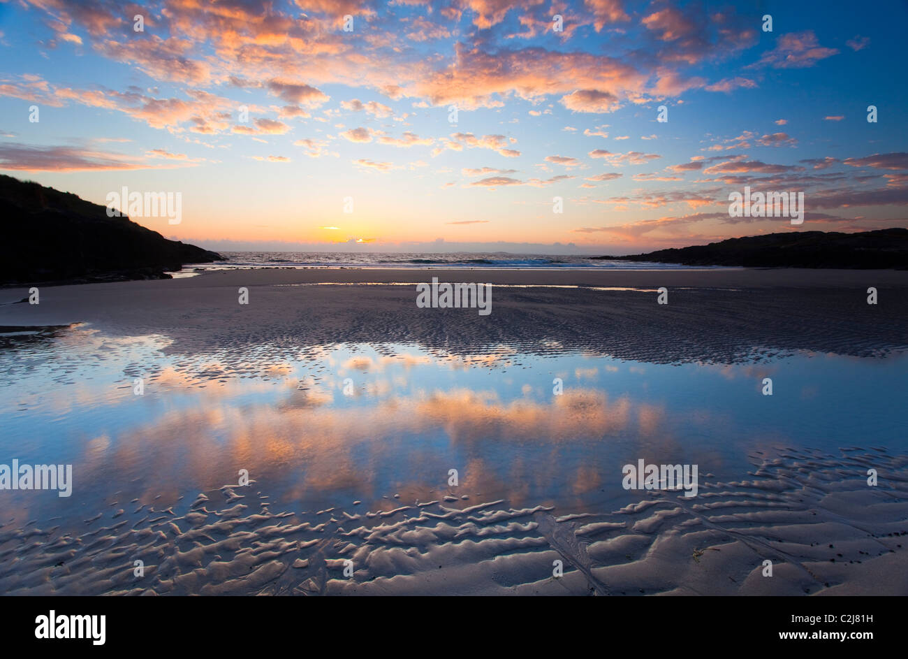 Am Abend Strand Reflexionen in False Bay, Connemara, County Galway, Irland. Stockbild
