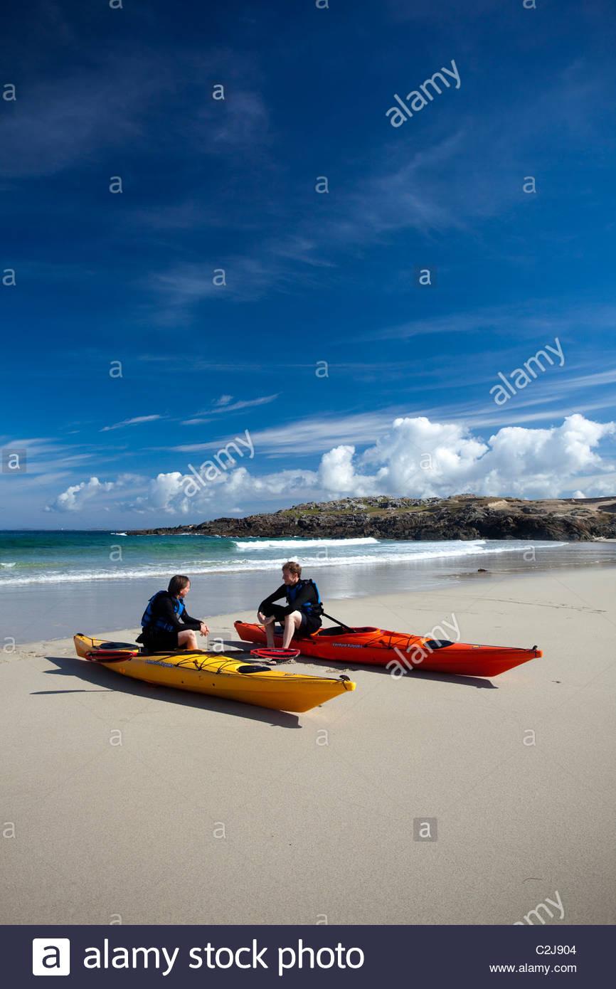 Meer Kajakfahrer in False Bay, Mannin Bay, Connemara, County Galway, Irland. Stockbild