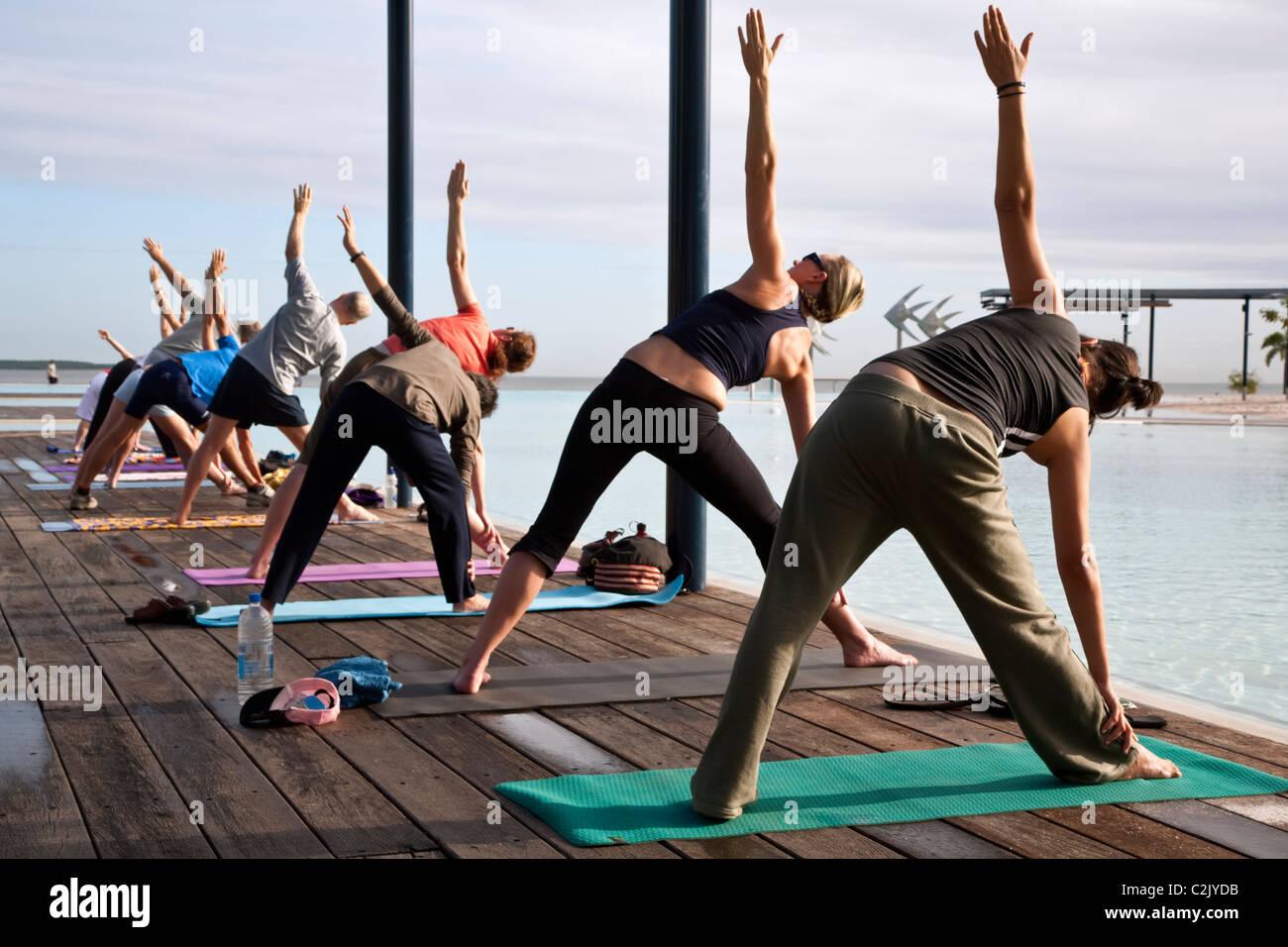 Morgen-Yoga-Kurs an der Esplanade Lagune. Cairns, Queensland, Australien Stockbild