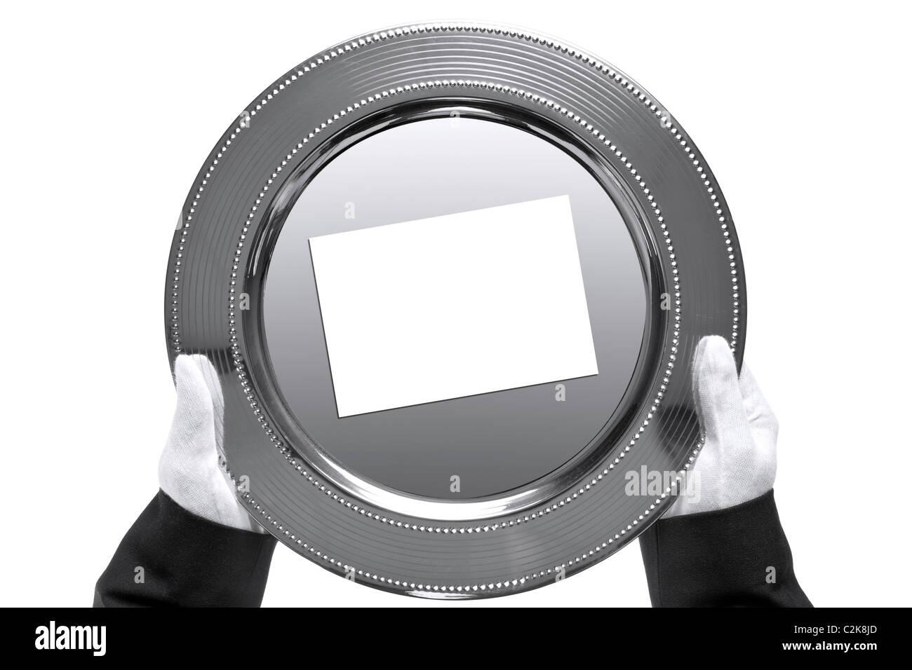 Foto von einem silbernen Tablett mit leeren Karte auf statt von einem Butler, von oben geschossen und isoliert auf Stockbild