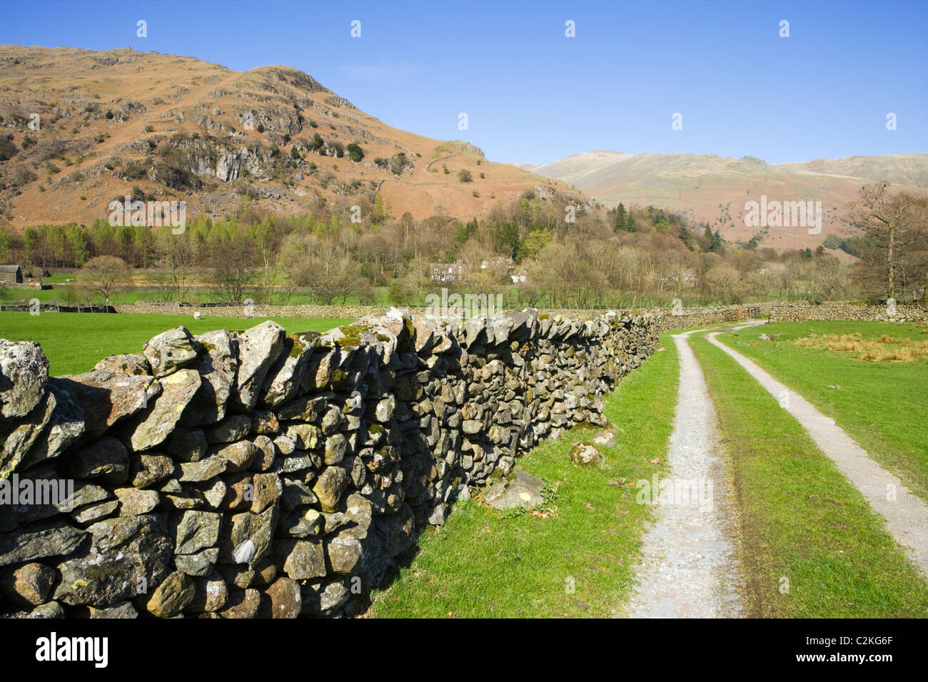 Track und Trockenmauern Wand, Grasmere, Nationalpark Lake District, Cumbria, UK Stockbild