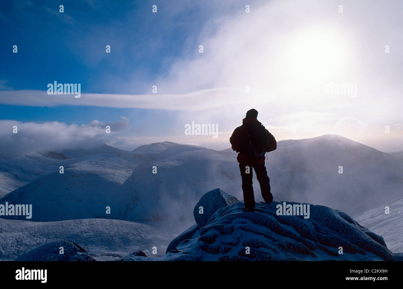 Winter-Wanderer auf dem Gipfel des Slieve Bearnagh, Mourne Mountains, County Down, Nordirland. Stockbild