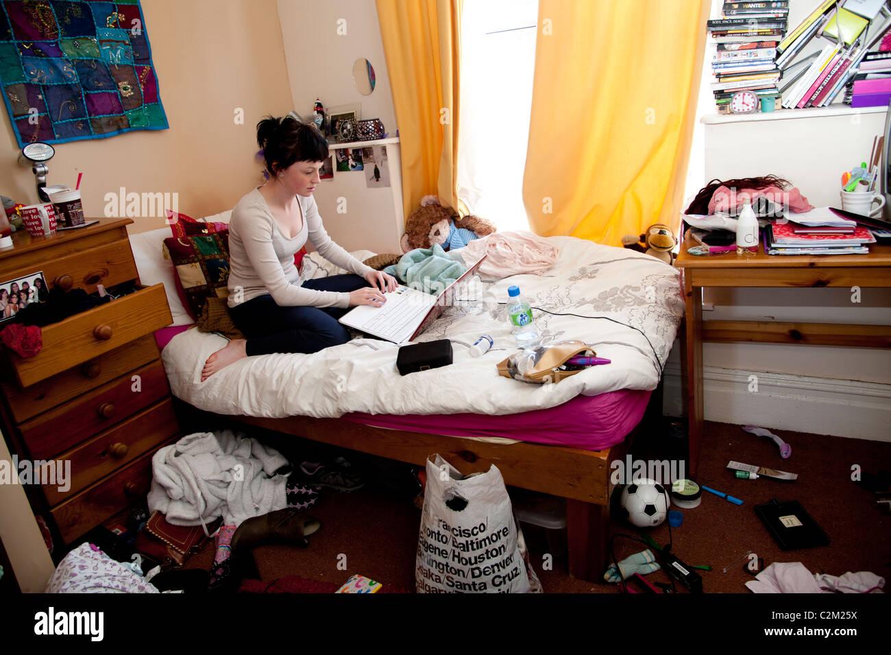 Ein junge frau uk student arbeiten an ihrem laptop for Schlafzimmer junge