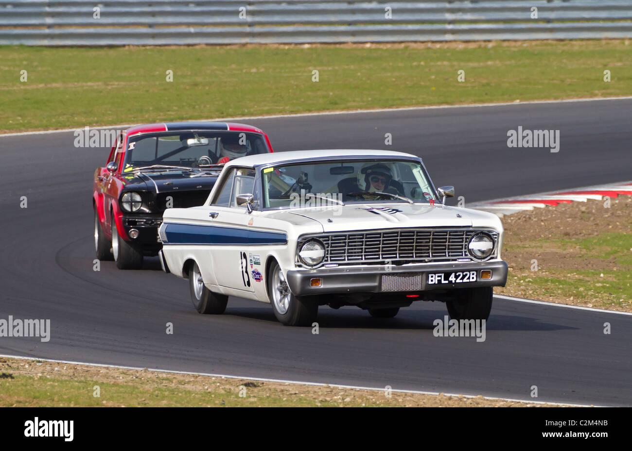 1964 Ford Falcon Sprint Und 1965 Mustang Whrend Der Cscc Swinging Sixties Serie Rennen In Snetterton Norfolk Grobritannien