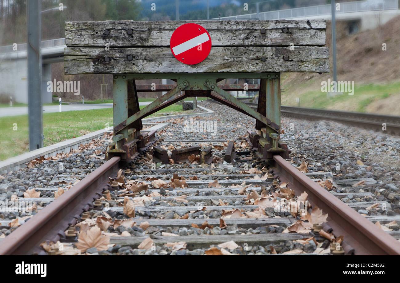 hölzerne Prellbock mit roten Stoppzeichen endet Schiene Schienen Konzept für Grenze, Begrenzung Beschränkung Grenze Stockfoto