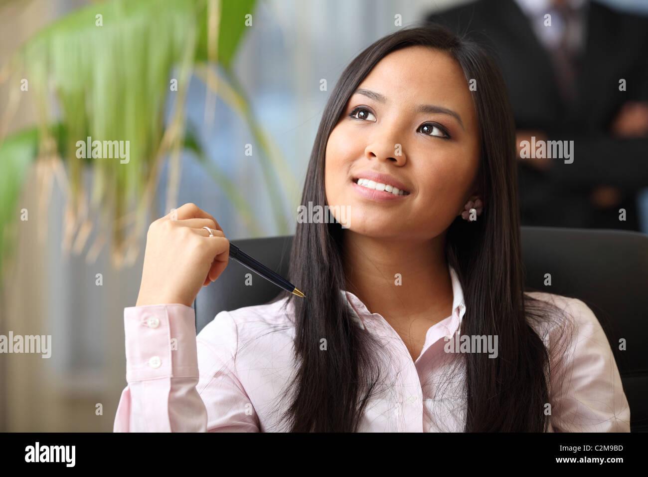 Porträt einer jungen schönen asiatischen Frau in einem geschäftlichen Umfeld Stockbild
