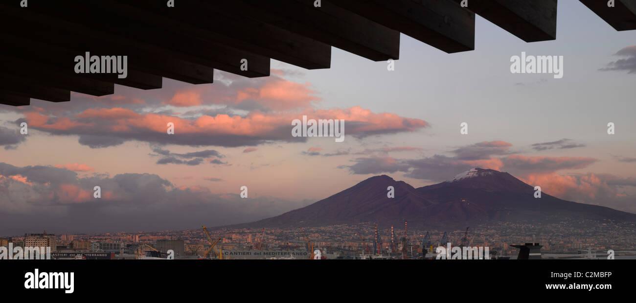 Hotel Romeo, Naples. Restaurant-Terrasse und den Vesuv. Stockbild