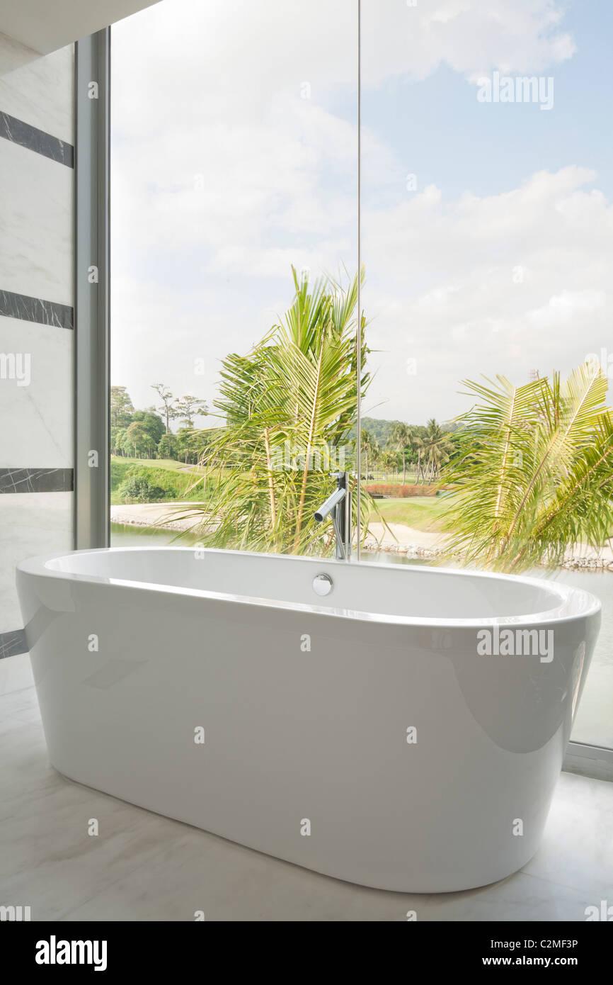 Moderne Keramik Badewanne und Glas Panoramafenster mit Blick Stockbild
