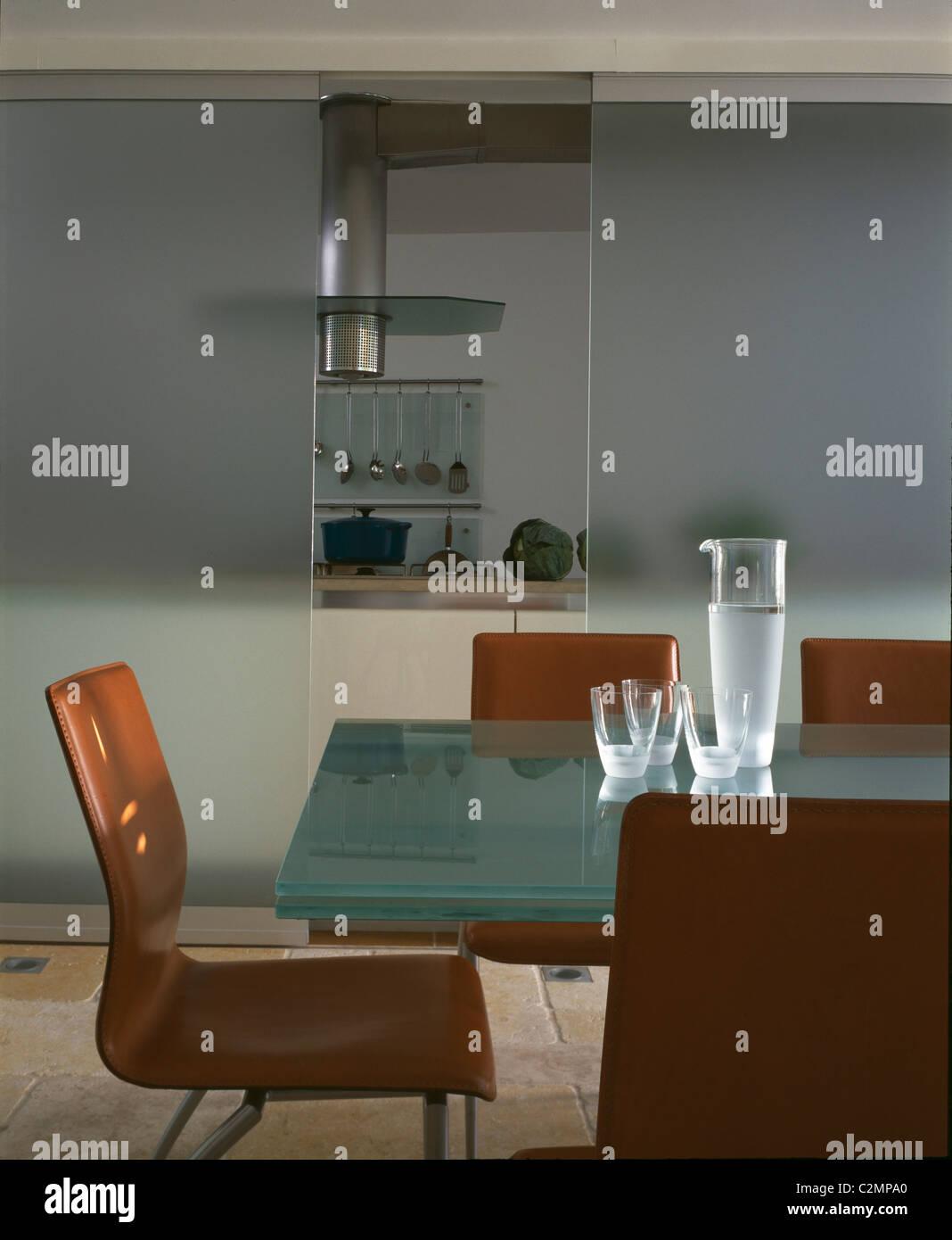 Boffi-Küche - Küche-Esszimmer mit Glastisch und Türen Stockfoto ...