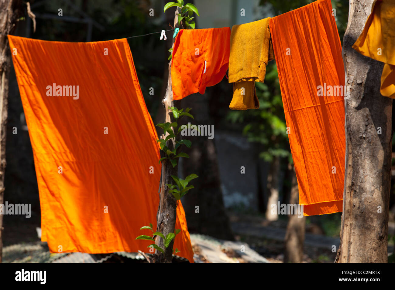 Buddhistischer Mönch Gewand an der Wäscheleine im Wat Sri Chum, Lampang Thailand hängen. Stockbild
