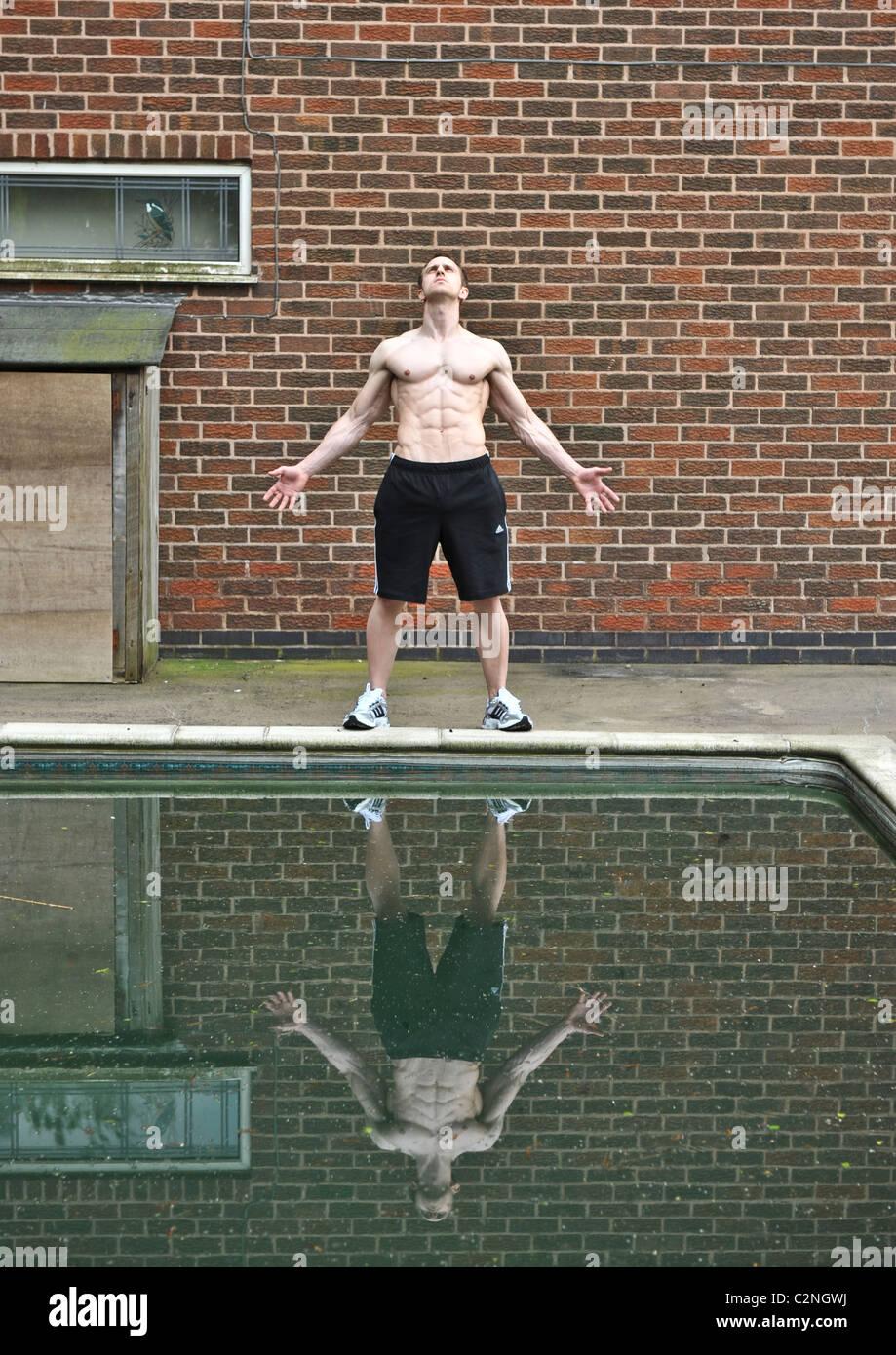 Starke Profi-Sportler Swimming Pool für Bodybuilding Training, Gesundheitskonzept, Vertrauen und Entspannung Stockbild