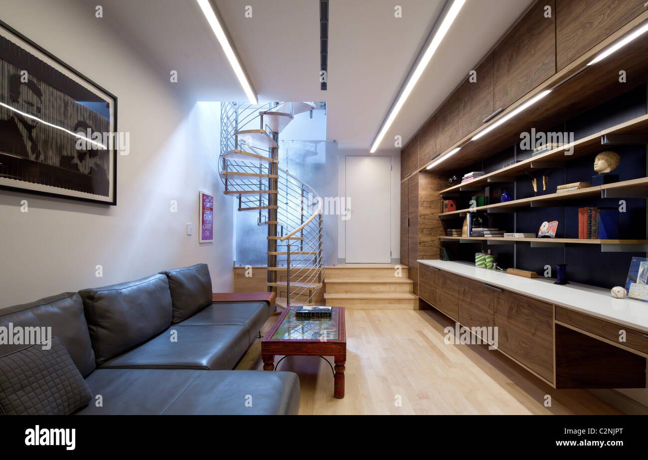 Moderne offene Wohnzimmer mit Wendeltreppe, Sofa und Speichereinheit ...