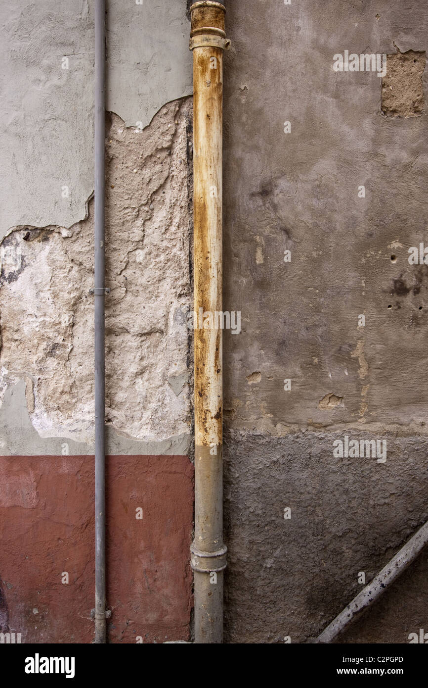 old brick wall drainpipe stockfotos old brick wall drainpipe bilder alamy. Black Bedroom Furniture Sets. Home Design Ideas