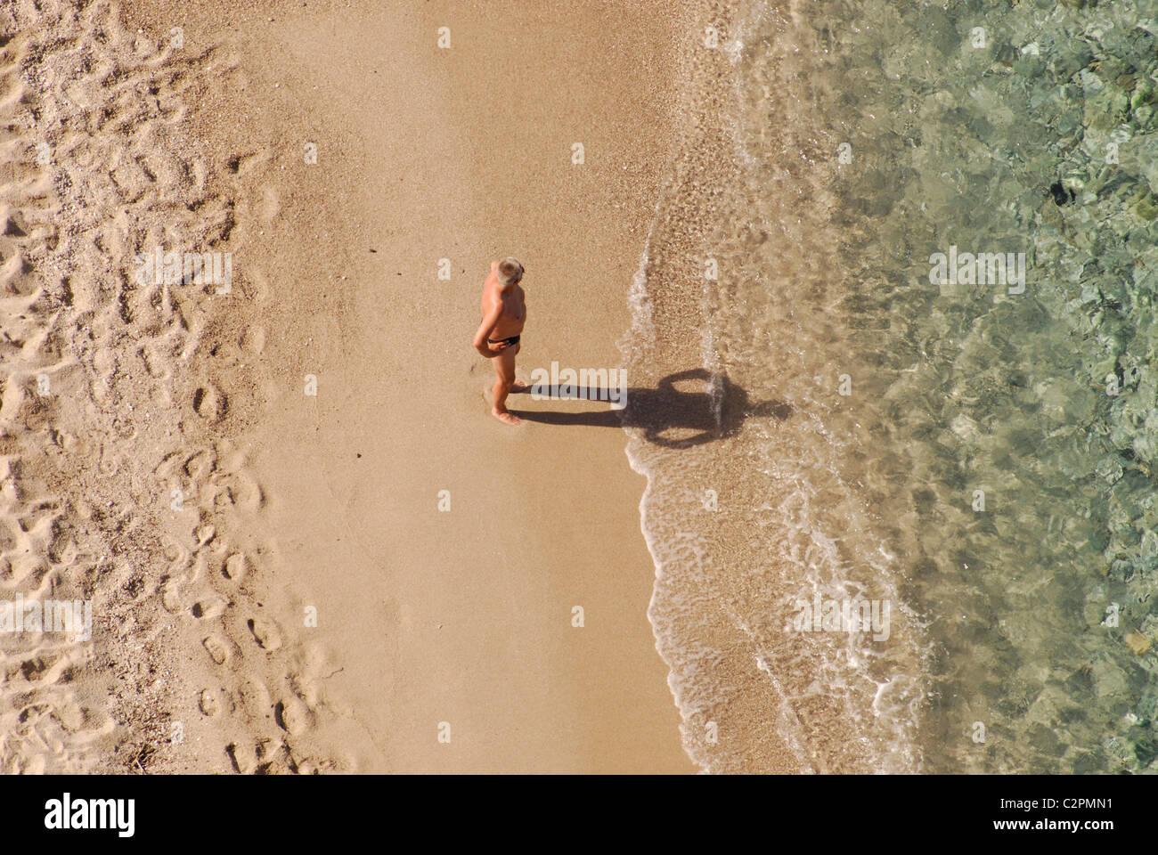 Mann beobachtet, das Meer, Cala Gonone, Sardinien Italien Stockbild
