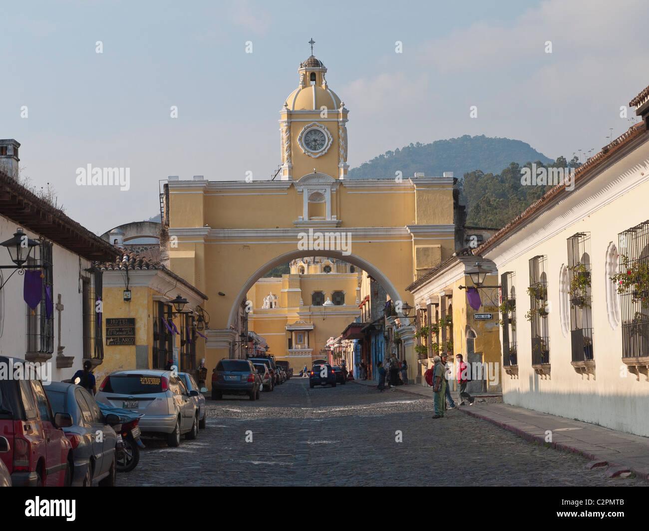 Eine totale der Kuppel und Glockenturm Bogen eines historischen Kirchenbauten in Antigua, Guatemala. Stockbild