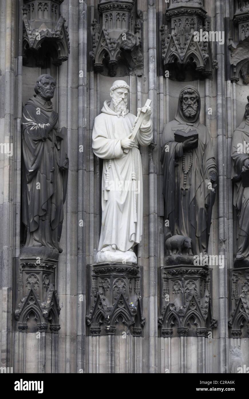 Heiligenfiguren am Kölner Dom Stockbild