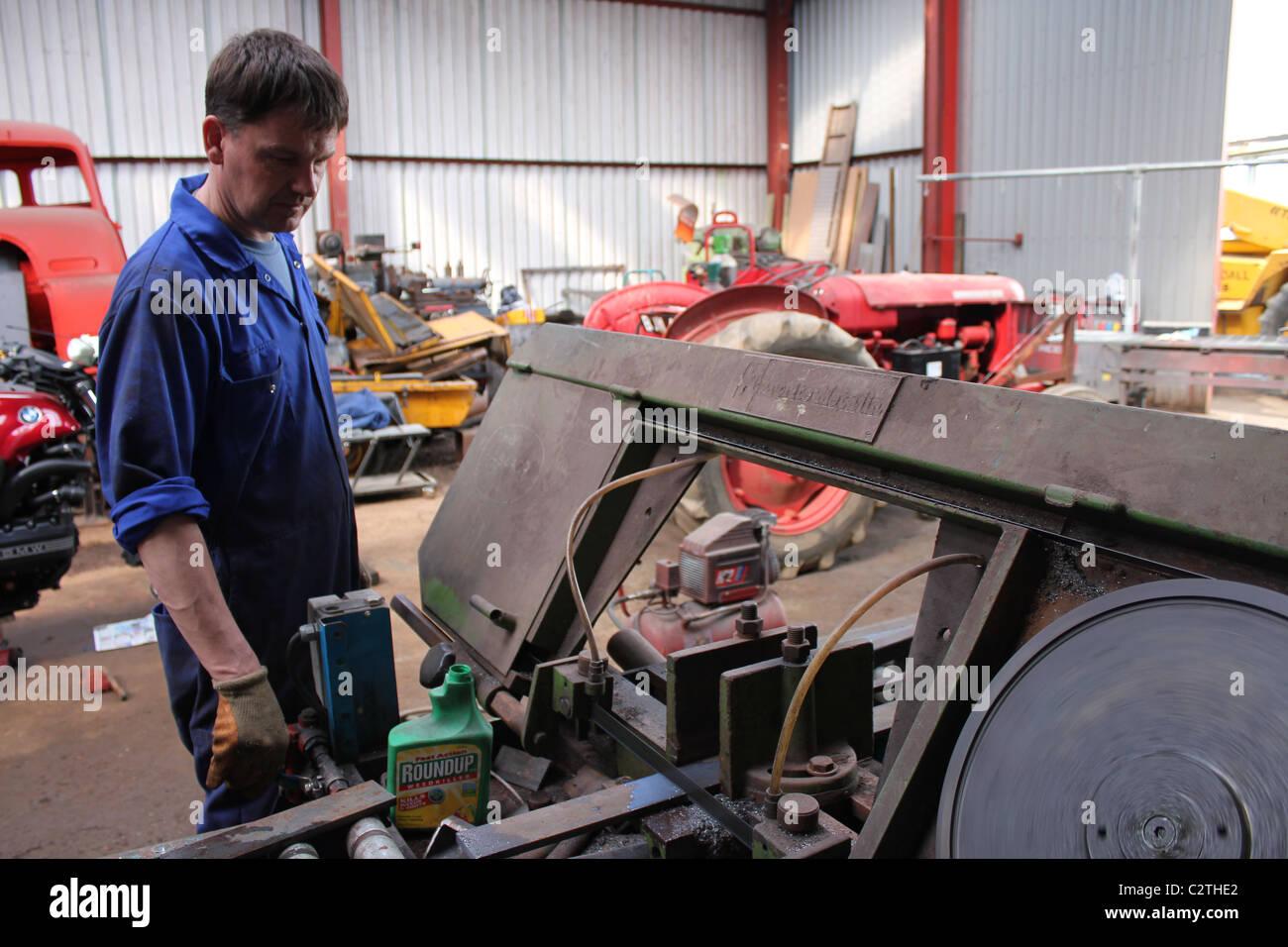 Ingenieur Schneiden Von Metall Auf Einer Säge Stockbild