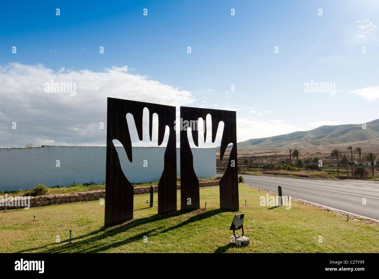 Metall-Skulptur der Hände in Antigua-fuerteventura Stockbild