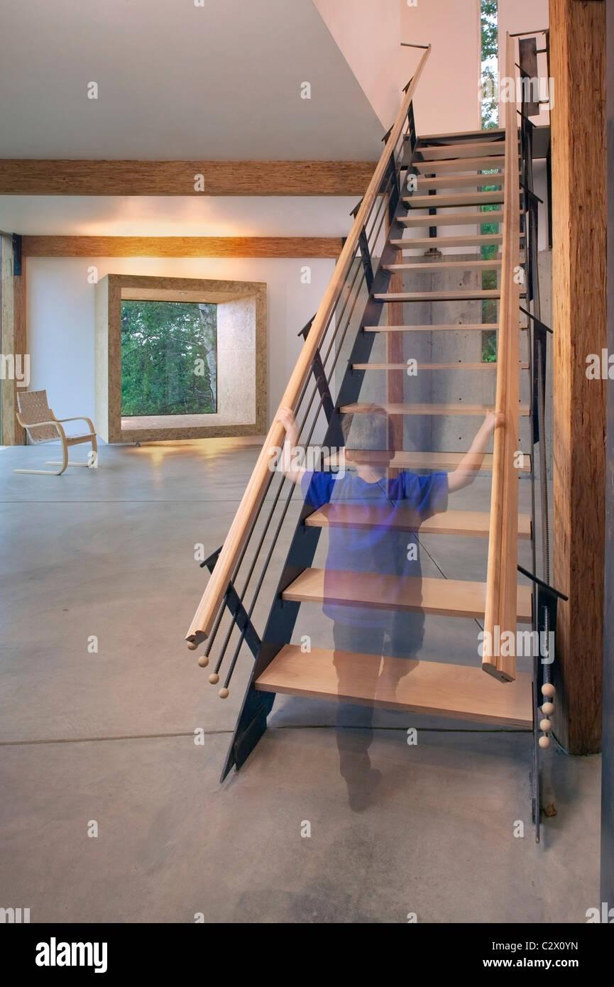 Kind beim Treppensteigen in einem zeitgenössischen Craftsman-Stil ...