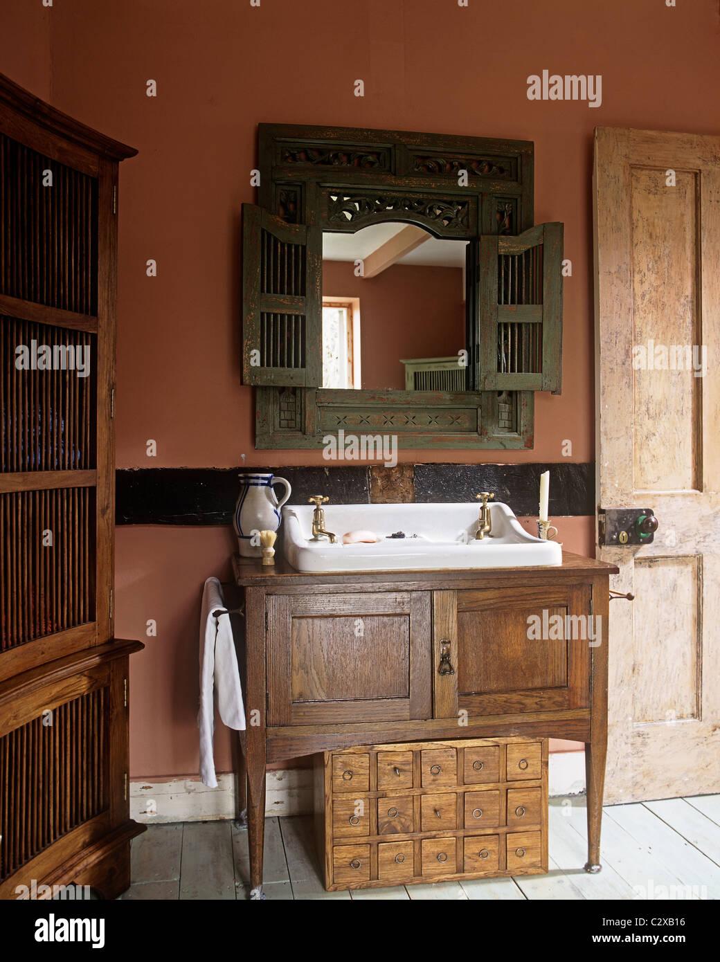 Waschbecken im Holzschrank in rot, Land Stil Badezimmer ...