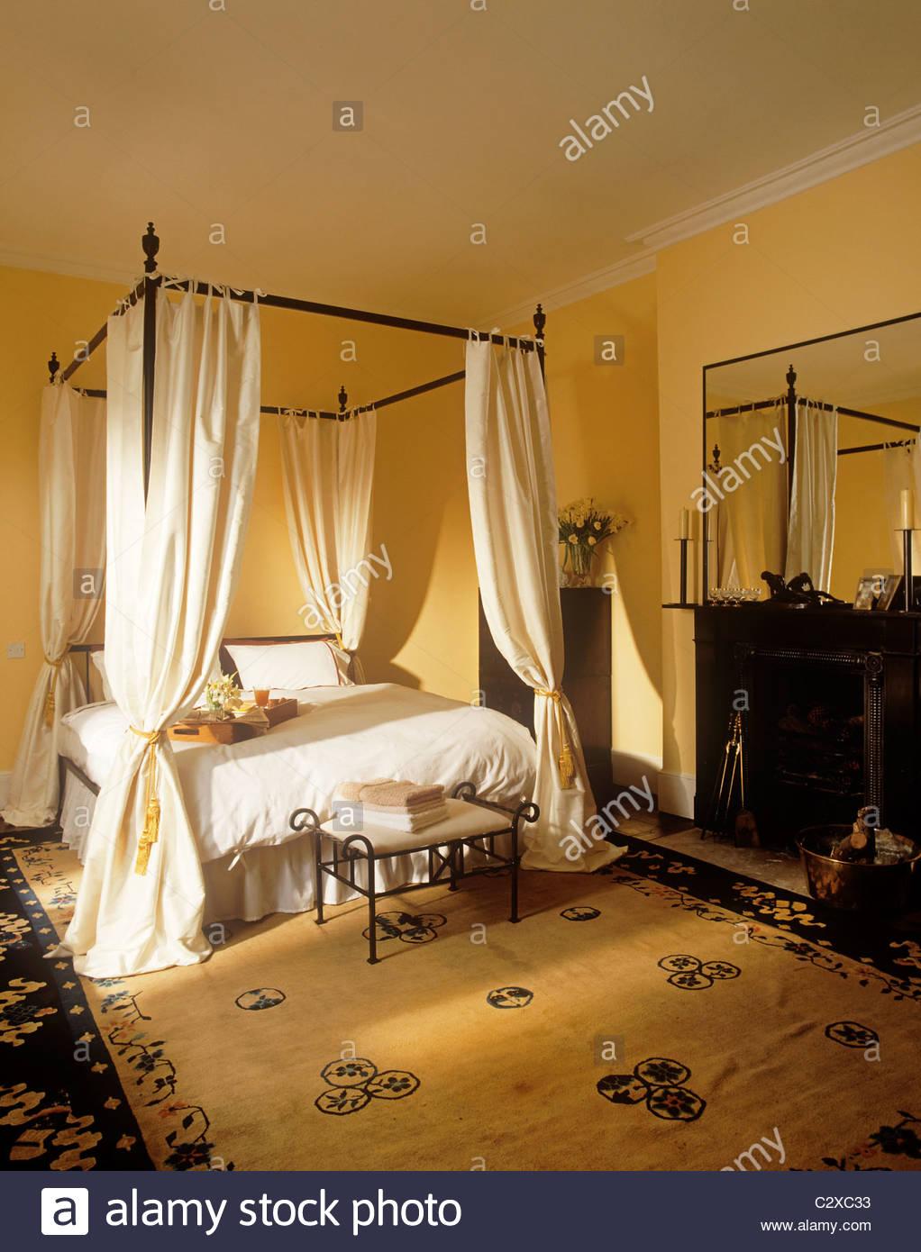 Moderne Schwarze Metall Himmelbett Mit Vorhänge Im Gelben Schlafzimmer