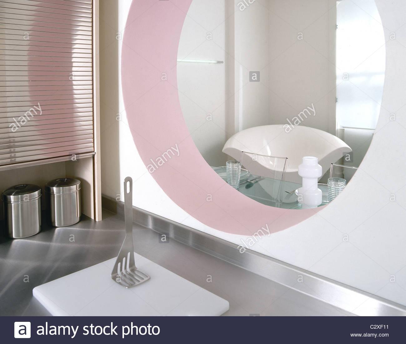Kreisformige Durchreiche Zwischen Kuche Und Esszimmer Stockfoto